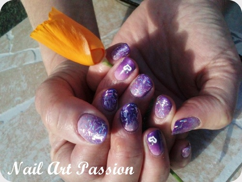 Nail art dégradé de violets paillettés et stickers !