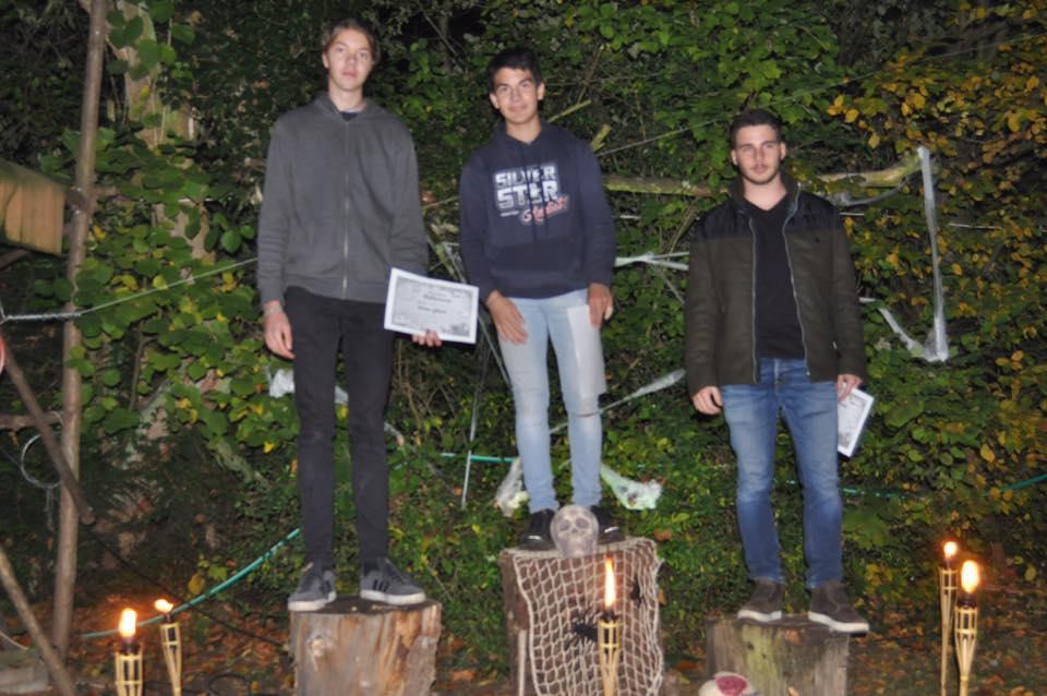 L'image contient peut-être: 3 personnes, personnes debout, chaussures, arbre et plein air