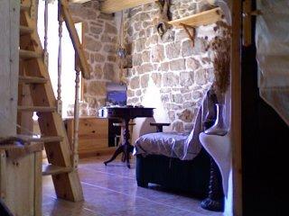 : Intérieur du F3. Le salon ; le départ de l'un des deux escaliers d'accès aux chambres.
