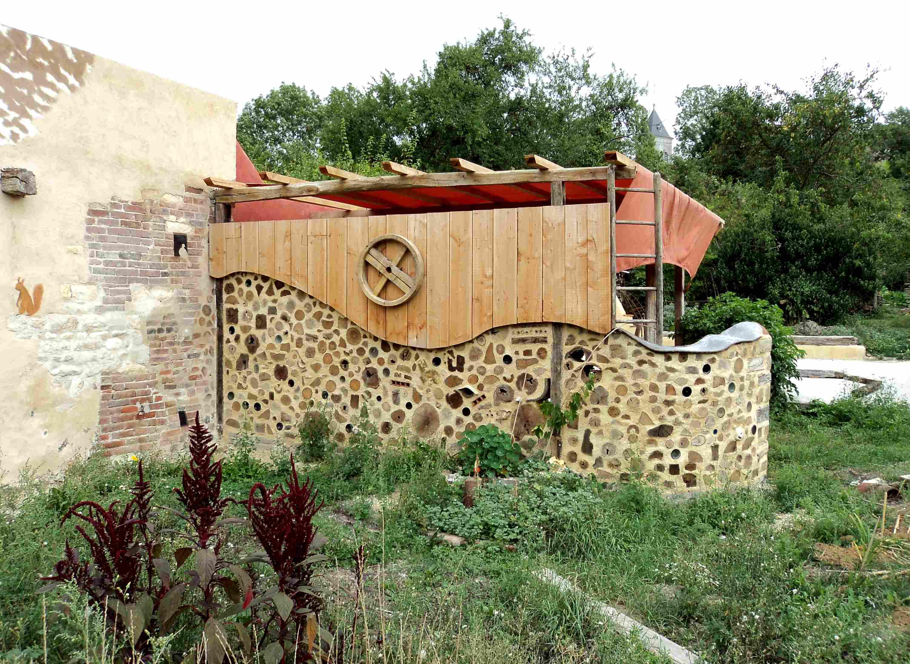 Mur en bois cordé et pergola