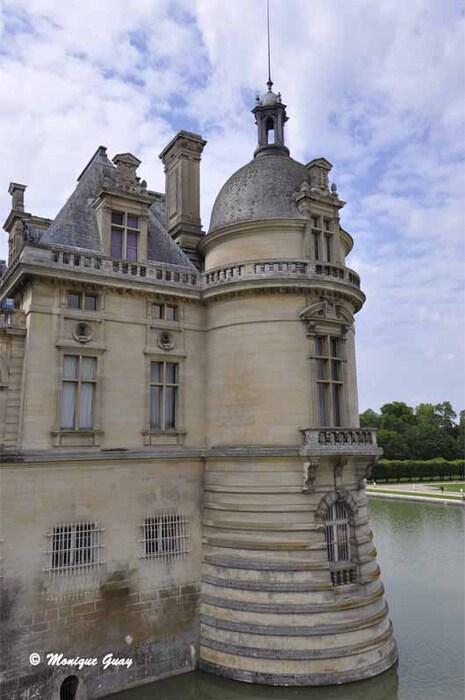Esplanade d'entrée du château de Chantilly