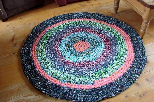un tapis fort joli et pratique, avec diverses couleurs