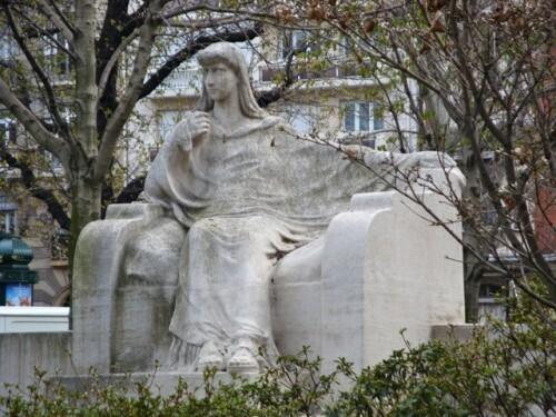 statue femme Sarah Bernard