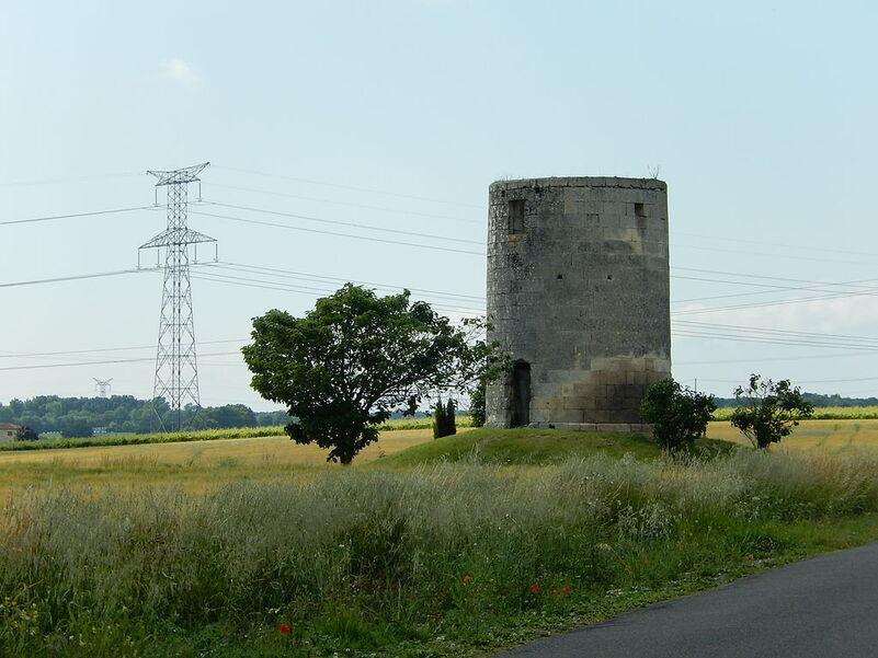 Au premier plan à droite, l'ancien moulin de la Tétaudière. En arrière-plan, une ligne électrique à haute tension, qui se raccorde au poste ÉDF de Préguillac.