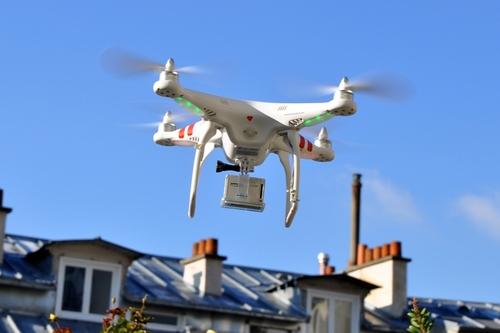 Combien de décibels émet un drone ?