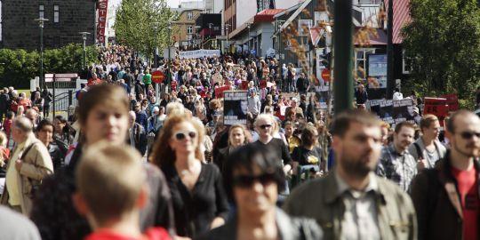 """La """"marche des salopes"""" a atteint Reykjavik, samedi 23 juillet, et connu un succès inespéré : 2 000 participants."""