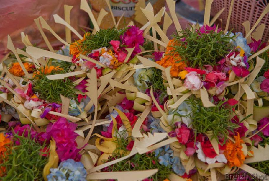 Marché de Lovina : Et aussi des décorations pour les offrandes hindouistes