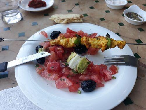 Salade marocaine et sa brochette de poulet