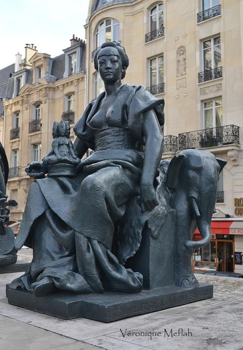 Parvis du Musée d'Orsay : les six continents : L'Asie
