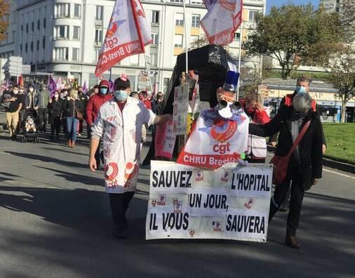 Le rassemblement était organisé par les syndicats CGT, SUD et les collectifs Inter-urgences et Inter-hôpitaux.