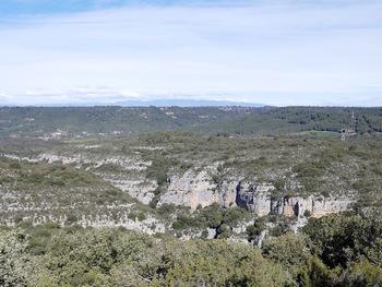 On devine tout juste la présence du canyon