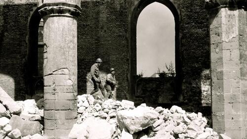 Jean-Paul Belmondo dans les ruines de l'église Notre-Dame