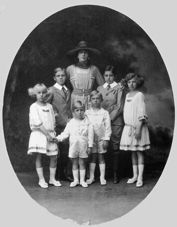 Description de l'image Queen_Victoria_Eugenia_and_her_six_children.jpg.