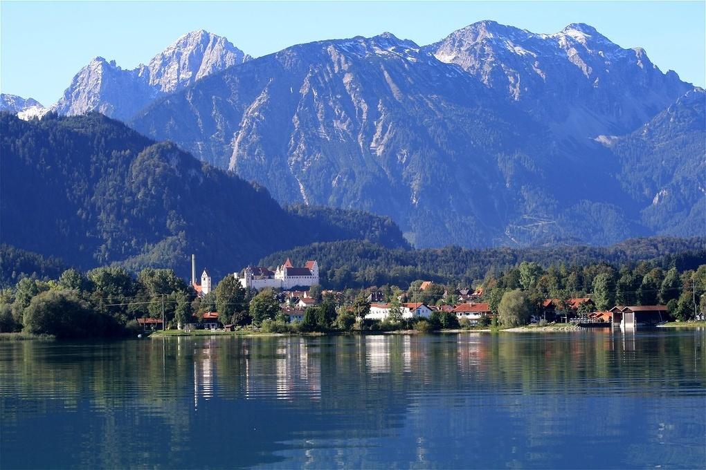 Blick auf die Stadt Füssen und die Alpen bei der Schiffahrt. Forggensee..jpg