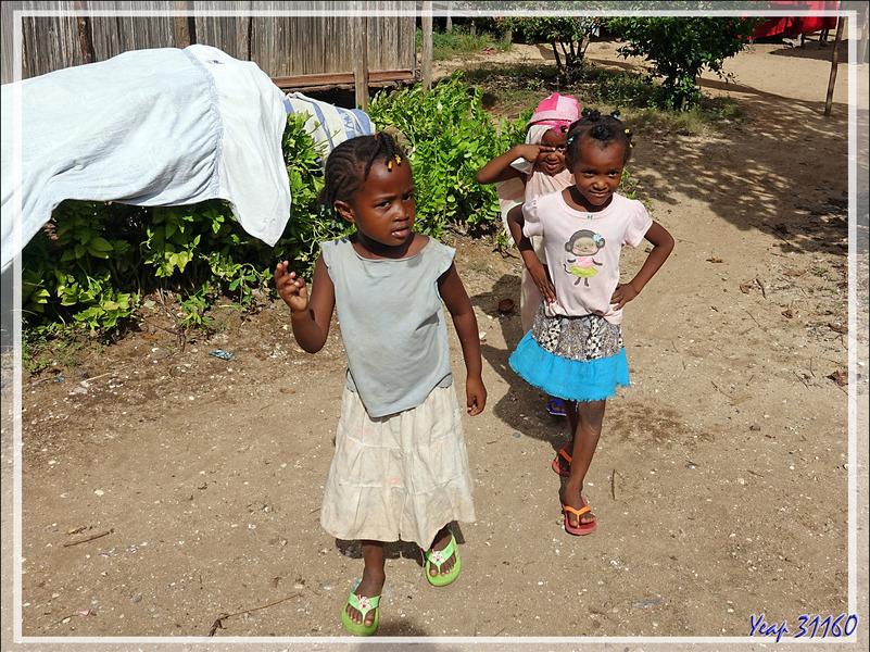 C'est samedi, pas d'école, mais pas jour de repos pour tout le monde - Antanabe - Nosy Sakatia - Madagascar