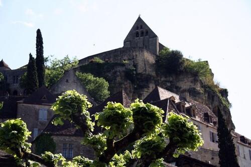 Le petit village de Beynac en Périgord, l'un des plus beaux villages de France, s'accroche au rocher percé de cavernes, l'entourant de ses ruelles hantées par un passé millénaire. Il faut aller chercher dans le silence de ses pierres les réponses aux questions que l'on se pose quant à nos racines et découvrir le temps où les paysans, tisserands et vanniers, pêcheurs et gabarriers, animaient la vie des campagnes et des bords du fleuve Dordogne.