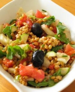 Une délicieuse salade de petit épeautre, concombre et saumon fumé !