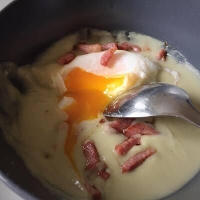 Velouté d'artichaut, oeuf poché & lardons grillés