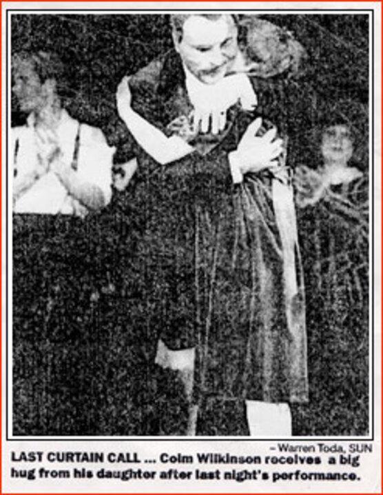 Sarah faisant un câlin à son papa Colm, Wilkinson
