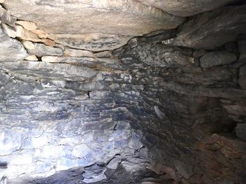 L'intérieur de l'orry. Remarquer la taille des pierres du toit