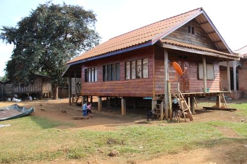 Village d'ethnie kamou sur le plateau des Bolovens