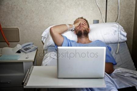 Jeune homme dans la salle de l'hôpital dans son lit à l'aide d'internet, recherche d'informations sur sa propre maladie blessure ou maladie — Photo #78243598