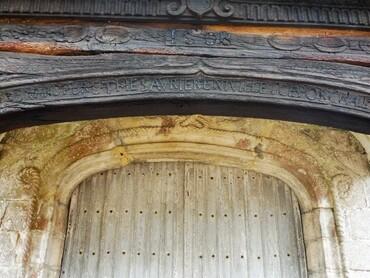 Auppegard - Eglise Saint-Pierre (XVIe-XVIIe s.) - Porche Ouest (1608) Inscription latine : Bénard,