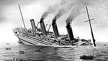 Image en noir et blanc représentant le naufrage du Britannic