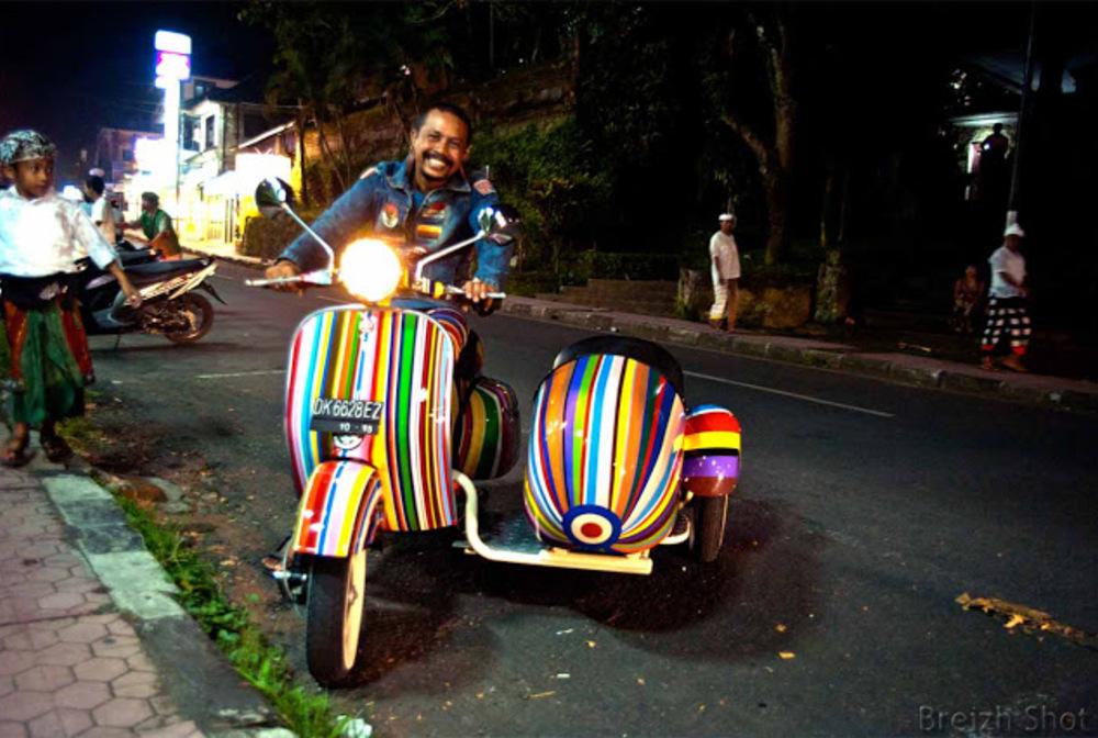 Motorissimo belissimo Balissimo - Scooters garés devant le marché de Candikuning au Centre de Bali