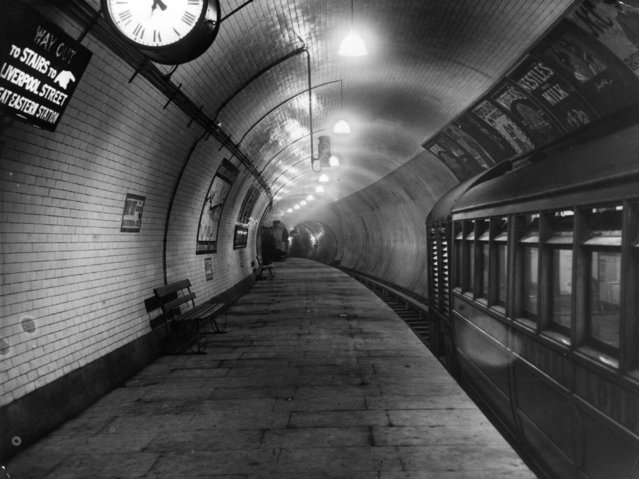 The platform of the Central London Railway extension at Liverpool Street Station, 30th July 1912. (Photo by Topical Press Agency/Getty Images)