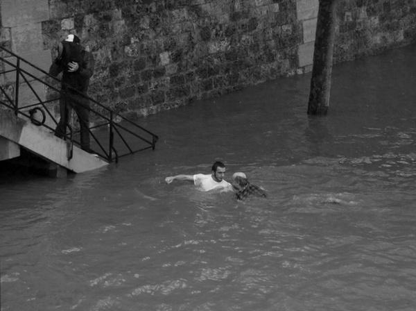 Il se jette à l'eau pour sauver un SDF ...