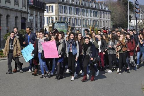 Des lycéens de Tristan Corbière, à Morlaix, manifestent contre le projet de loi El Khomri ce jeudi. Ils ont bloqué l'entrée de leur établissement ce jeudi matin avant de défiler en centre-ville.