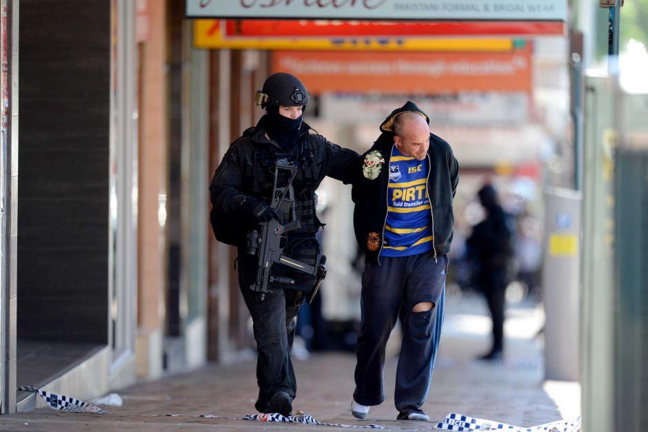 Prise d'otage à Sydney : Photos de Trois hommes en garde à vue après