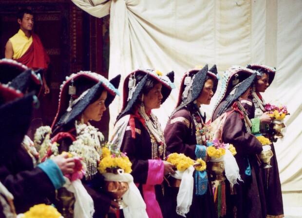 Cérémonie pour une jeune Rimpoche de 14 ans en costume traditionnel. Les pierres bleues sur les tuniques sont de vraies turquoises.