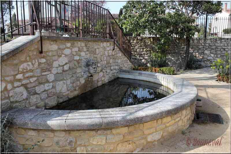 Fontaine de l'Office du Tourisme Pernes-les-Fontaines Vaucluse