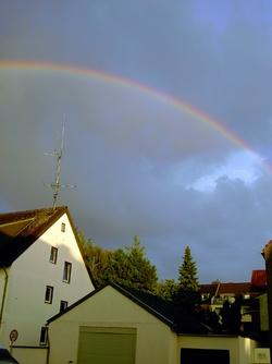 Regenbogen über dem Haus