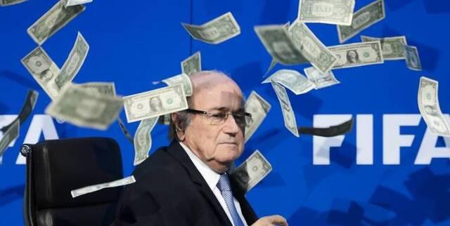 Football - Corruption FIFA - Le 20 juillet dernier, Sepp Blatter avait été spergé de dollars par un humoriste avant une conférence de presse. (AFP)