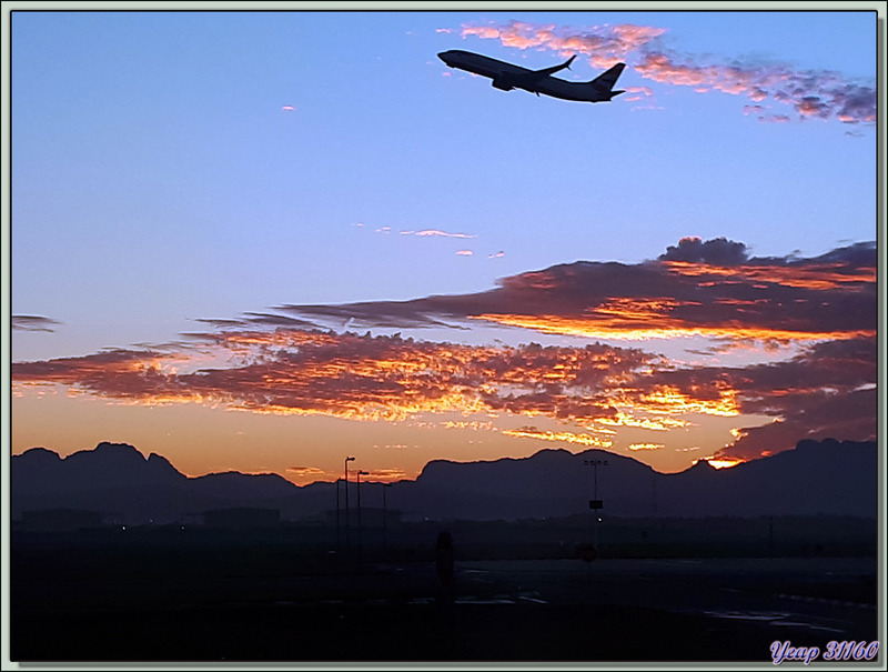 Départ du Cap avec un lever du jour superbe sur l'aéroport et arrivée à Victoria Falls (aéroport ou aérodrome ?) dans un environnement très aride