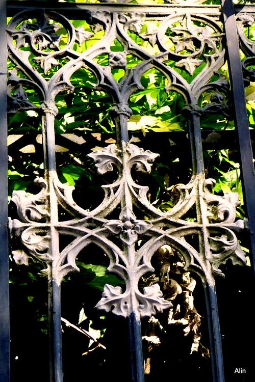 Eléments décoratifs : grille et pilier