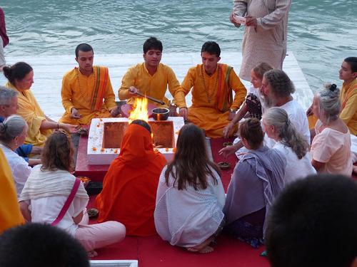 la puja du soir se prépare au bord du Gange