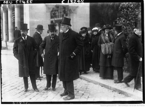 M. Ribot, au centre, en 1915 (gallica)