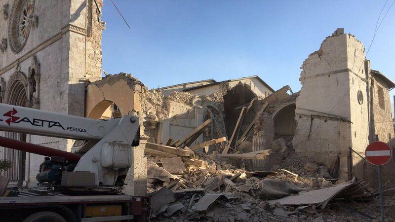 CHANTOUVIVELAVIE : Italie: la Cathédrale de Nurcie à moitié effondrée, émotion dans l'Eglise