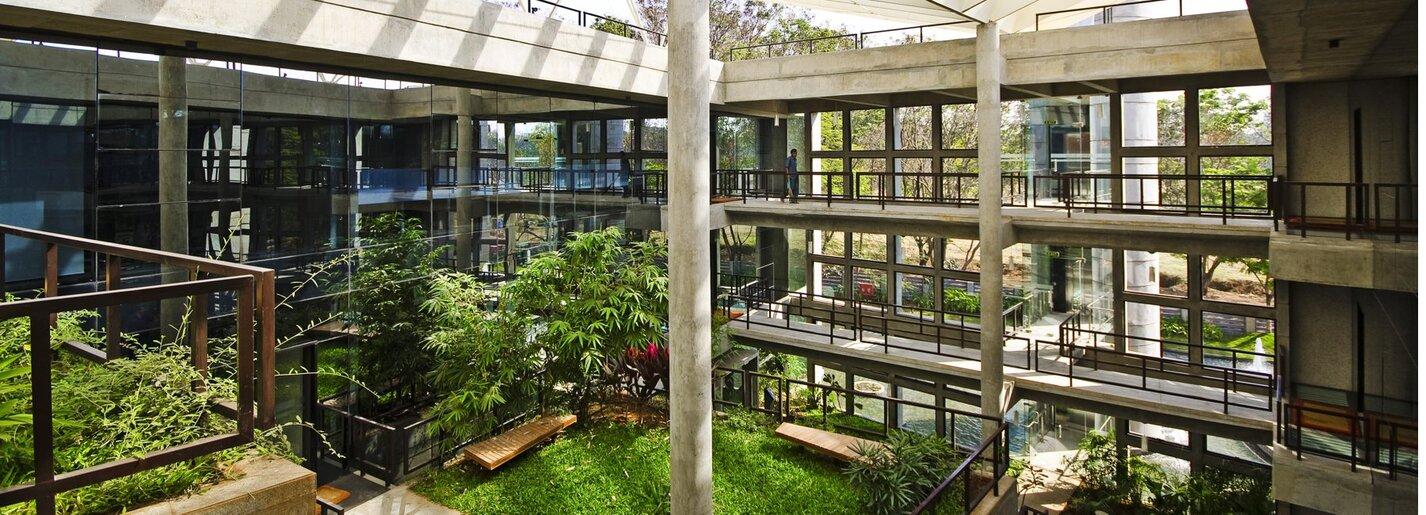 Un jardin tropical dans un batiment à énergie positive par CORE Architecture