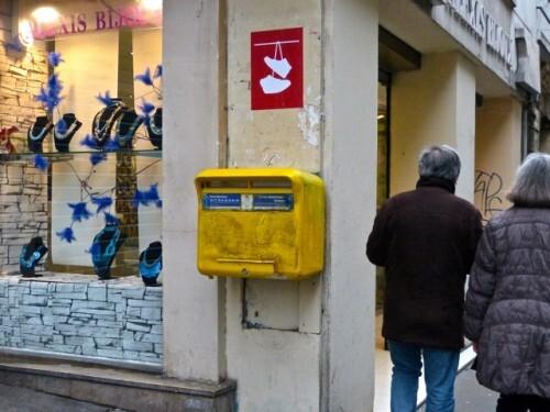 chaussures accrochées affiche Street-art Beaubourg 4
