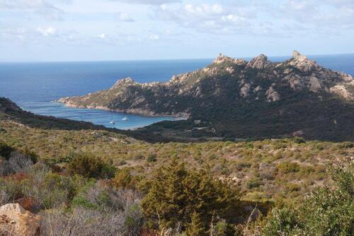 La baie surveillée par le rocher du lion et la tour génoise