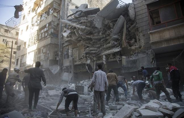 Des habitants d'Alep cherchent des survivants après des frappes gouvernementales, mardi 27 septembre.