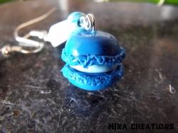 macaron bleu en pate fimo avec leurs perles