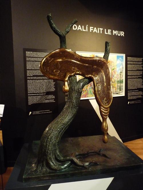 Dalí fait le mur