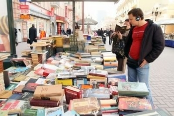 7307975-moscow--april-7-reading-city--sale-of-books-in-the-center-of-moscow-on-arbat-street-april-7-
