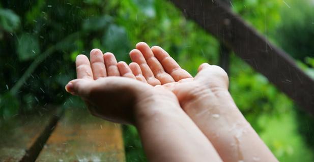 eau-de-pluie-mains
